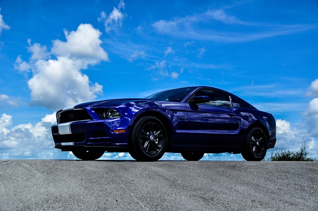 Ciemno niebieski Ford Mustang wersja amerykańska
