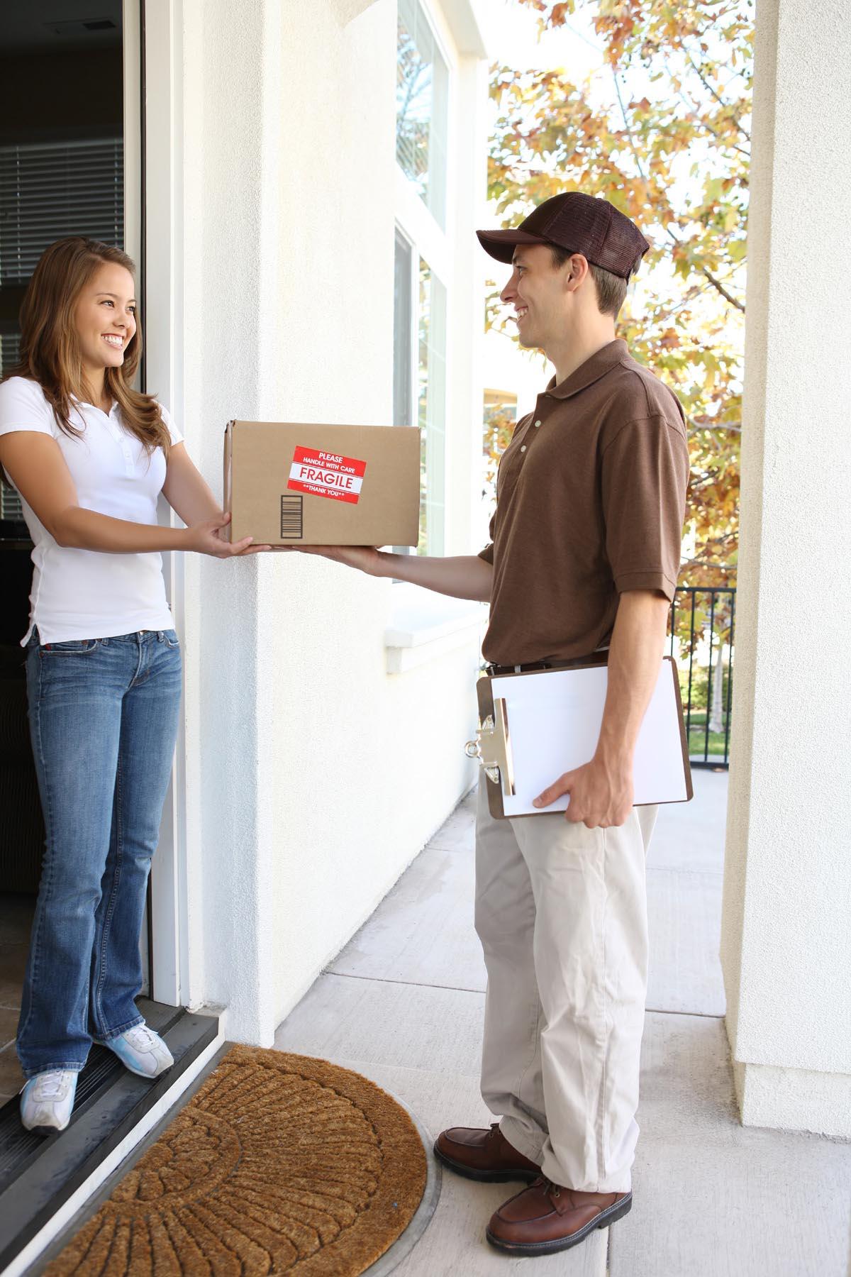 Kurier wręczający przesyłkę