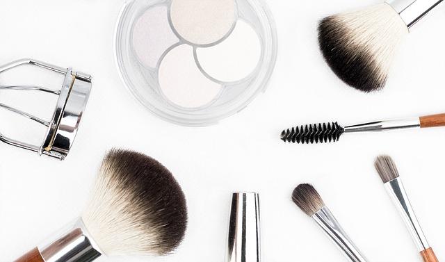 Zestaw kosmetyków do makijażu - pędzelki, cienie do powiek